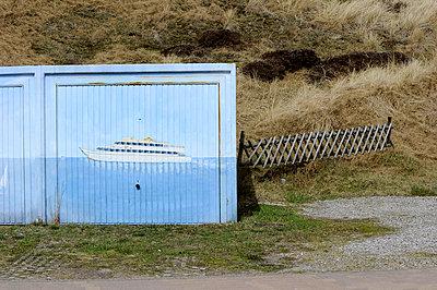 Maritimes Garagentor - p949m856279 von Frauke Schumann