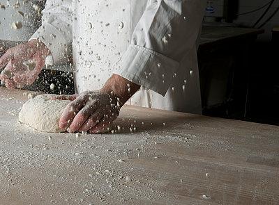 Bäcker in Bäckerei, Kneten und Mehl werfen - p1311m1143981 von Stefanie Lange