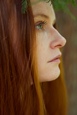 Portrait of red-haired woman outdoors, close-up - p1491m2176088 by Jessica Prautzsch