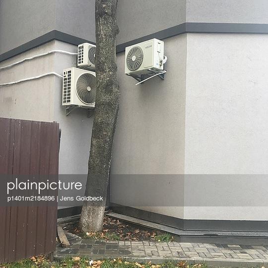 Ukraine, Odessa, Klimaanlagen an Gebäude - p1401m2184896 von Jens Goldbeck