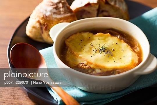 Onion Gratin Soup - p307m2296701 by Naho Yoshizawa
