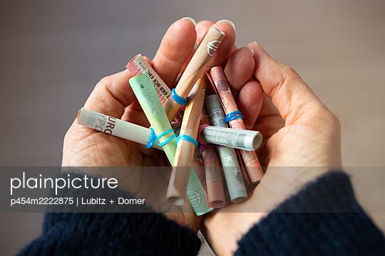 Geld in die Hand nehmen - p454m2222875 von Lubitz + Dorner