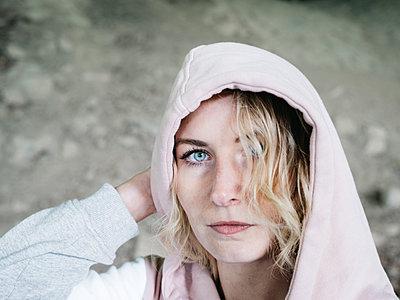 Blonde Frau mit Kapuzenshirt - p1267m2288234 von Jörg Meier