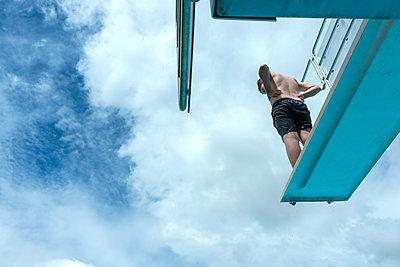 Junge auf dem Sprungbrett - p427m1195652 von Ralf Mohr