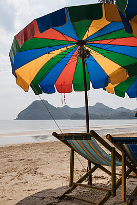 Thailand, Umbrella and deck chairs on the beach - p728m2230484 by Peter Nitsch