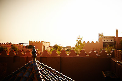 Moroccan architecture at sunrise - p961m1590993 by Mario Monaco