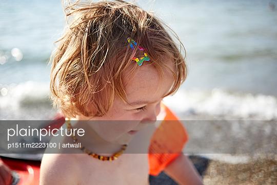 Kleinkind spielt am Strand im Sonnenschein - p1511m2223100 von artwall
