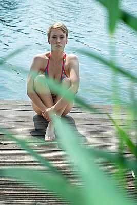 Woman by the lake - p427m2108911 by Ralf Mohr