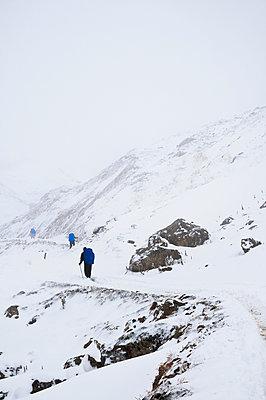 Bergwandern im Winter - p470m1090553 von Ingrid Michel
