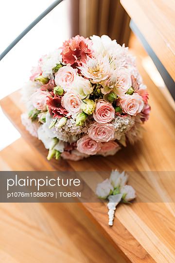 Hochzeitstrauß auf der Treppe - p1076m1588879 von TOBSN