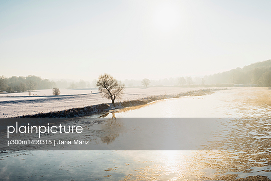 Germany, Saxony, Muldental, view of Mulde in winter - p300m1499315 by Jana Mänz