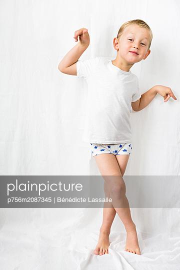 Blond boy - p756m2087345 by Bénédicte Lassalle