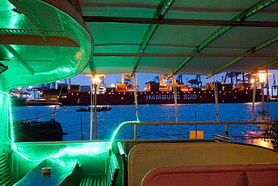 Restaurantschiff in der Abenddämmerung - p1079m1185006 von Ulrich Mertens