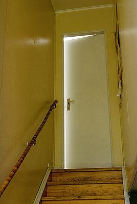 Offene Tür und Treppe - p1418m1571525 von Jan Håkan Dahlström