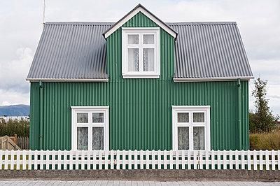 Iceland, Eyrarbakki, small green one-family house - p300m1028714f by Kerstin Bittner