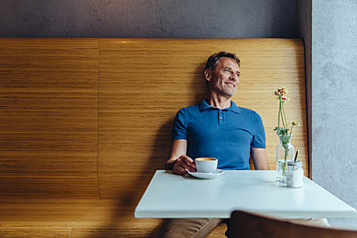 Relaxed mature man sitting in cafe - p300m1505390 by Mareen Fischinger