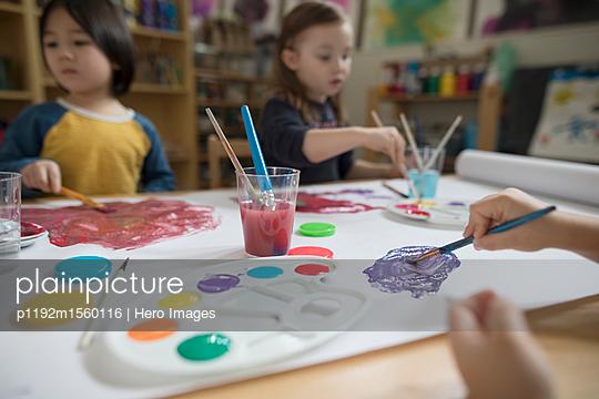 plainpicture - plainpicture p1192m1560116 - Preschool boy and girl pain... - plainpicture/Hero Images