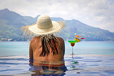 Frau im Pool - p0452603 von Jasmin Sander