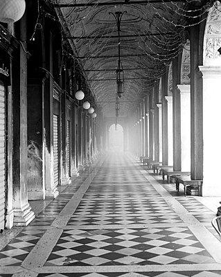 Arkaden der Nationalbibliothek Marciana am Markusplatz im Nebel, Venedig, schwarzweiß I - p1493m1585667 von Alexander Mertsch