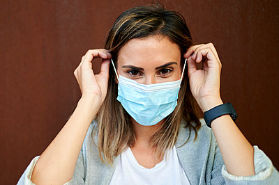 Businesswoman wearing protective face mask - p300m2206793 by Kiko Jimenez