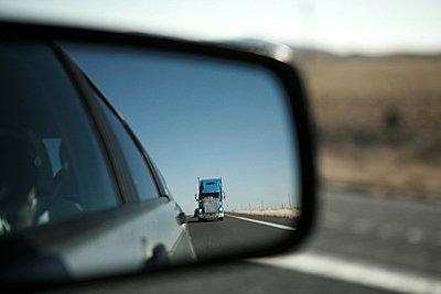 truck im rueckspiegel - p627m671870 by Wolfgang Philippi
