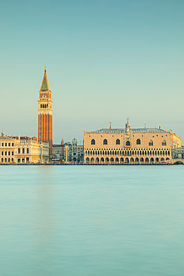 Campanile and the Doge's Palace, Piazza San Marco (St. Mark's Square), Venice, Veneto, Italy - p651m2135689 by Jon Arnold
