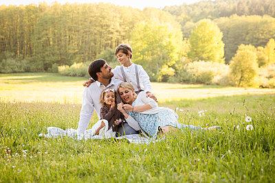 Familienportrait im Gras - p796m2092699 von Andrea Gottowik