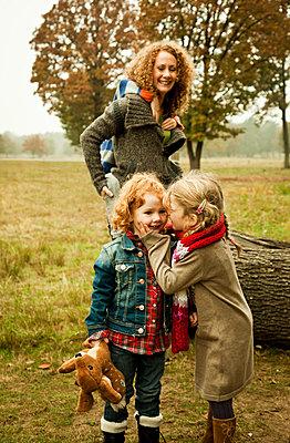 Mutter mit drei Kindern - p904m741704 von Stefanie Päffgen