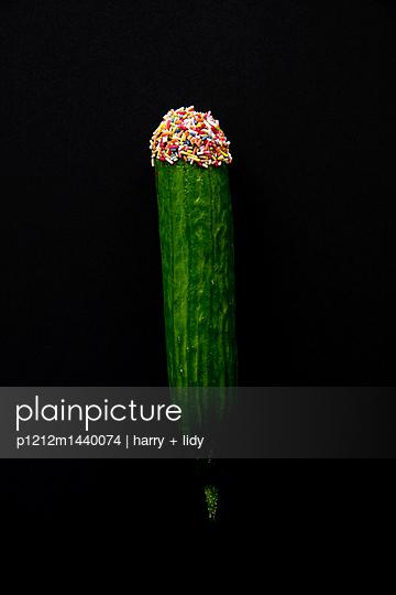 Gurke mit buntem Zuckerstreusel - p1212m1440074 von harry + lidy