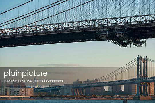 Manhattan Bridge und Empire State Building, Dumbo, Brooklyn, New York, USA - p1316m1161064 von Daniel Schoenen