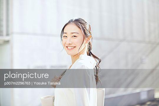 Japanese woman portrait outside - p307m2296763 by Yosuke Tanaka