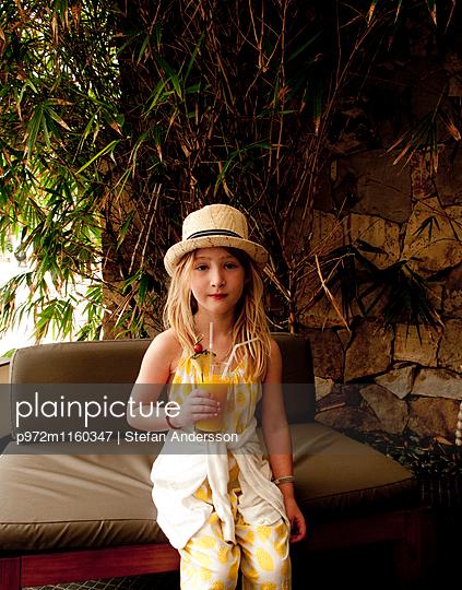 Mädchen mit Hut und Orangensaft - p972m1160347 von Stefan Andersson