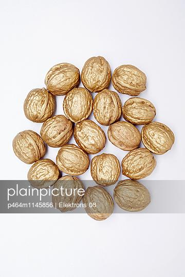 goldene Walnüsse - p464m1145856 von Elektrons 08