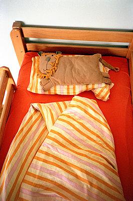 Löwenkissen im Bett - p3880364 von Ulrike Leyens