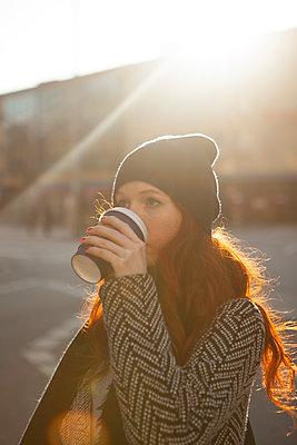 Coffe to go in der Hand - p045m1208199 von Jasmin Sander
