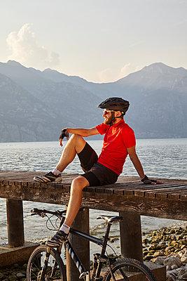 Fahrradfahrer am Gardasee - p1294m1508120 von Sabine Bungert