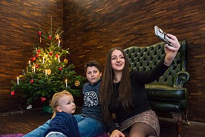 Selfie zu Weihnachten - p427m1556435 von R. Mohr
