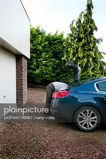 Mann und Kofferraum - p1212m1152967 von harry + lidy