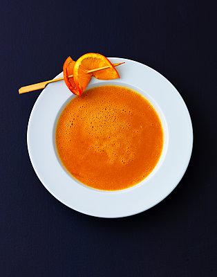 Cream of lentil soup with orange slice  - p1053m1538169 by Joern Rynio