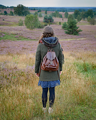 Woman with rucksack in heath - p1124m931785 by Willing-Holtz