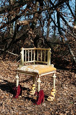 Alter Stuhl mit Schuhen - p1621m2254260 von Anke Doerschlen