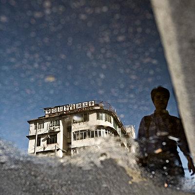 Spiegelung in Pfütze - p26815999 von Arne Landwehr
