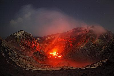 Indonesia, View of lava erupting from Krakatau volcano - p300m879193 by Martin Rietze