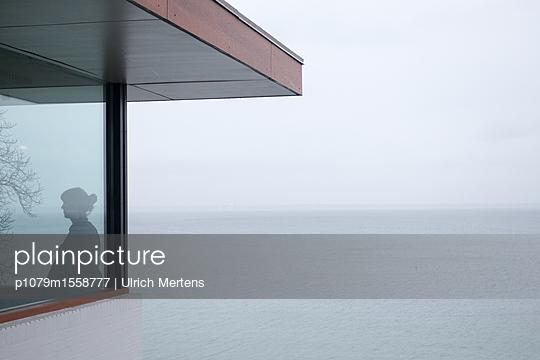 Haus mit Frau an der See - p1079m1558777 von Ulrich Mertens