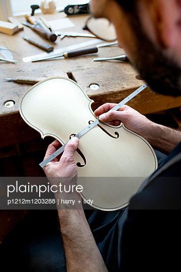 Geigenbauer bearbeitet einen neuen Geigenkorpus - p1212m1203288 von harry + lidy