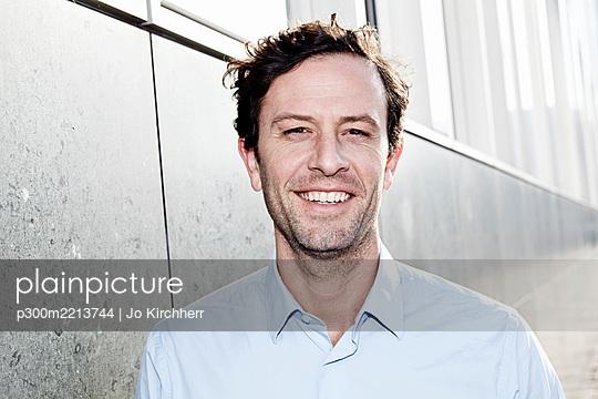 Portrait of smiling man - p300m2213744 by Jo Kirchherr