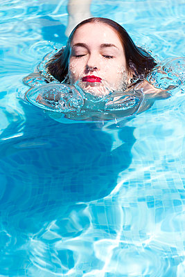 Close up portrait of beautiful young woman in the water - p1166m2094705 by Cavan Images
