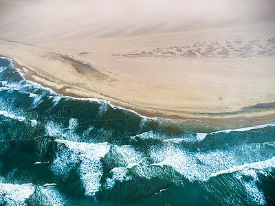 Namibia, Walvis Bay, Atlantic meets Namib Desert, aerial view - p300m1101103f by Martin Moxter