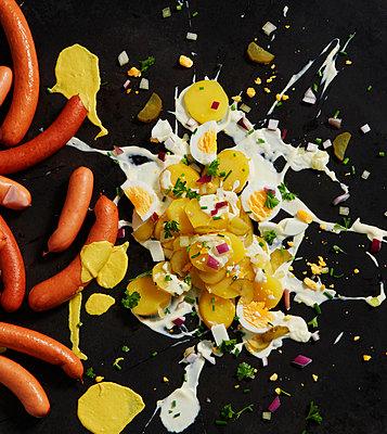 Motivbeschreibung: Kartoffelsalat, Kartoffeln, Würstchen, Wurst, Bockwurst, Eier, Ei, Zwiebel, Pfeffer, Salz, Schnittlauch, Majo, Salatcreme, Gewürzgurke, Gurke - p300m2144229 von Kai Schwabe