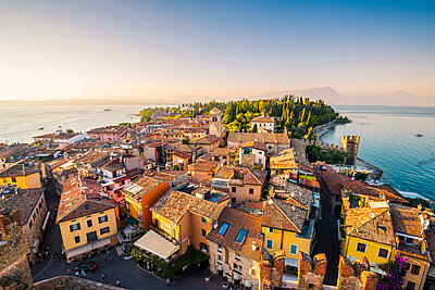 Sirmione, lake Garda, Brescia province, Lombardy, Italy. High angle view of the old town at sunset. - p651m2006205 by Marco Bottigelli